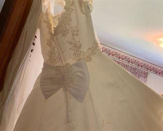 #56Cream Color Wedding Dress w/veil  - Size Small $30.00