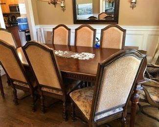 Lovely traditional dining room table & 8 chairs