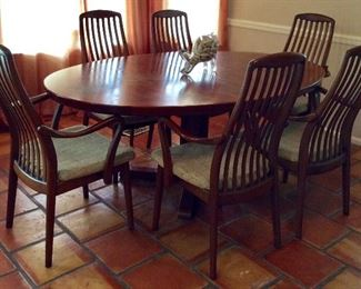 Yes, only 5 chairs. There is one chair that needs restoration. It's only propped in the picture.