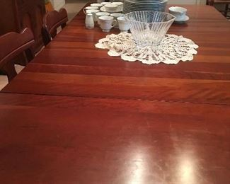 Beautiful table with 6 chairs & 3 leaves