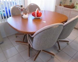 Dinette Set, LIKE-NEW, in Excellent Condition!         Priced far under retail!!!