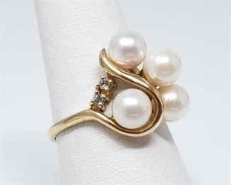 #  22 -14k Gold Ring with Pearls and Diamonds, 4.5g Weighs approx 4.5g, Size 8