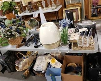 #1125: Mixed Lot, Curling Irons, Blow Dryers, Jewlery Box, Radios, Luggage Bags and More.. Mixed Lot, Curling Irons, Blow Dryers, Jewlery Box, Radios, Luggage Bags and More..