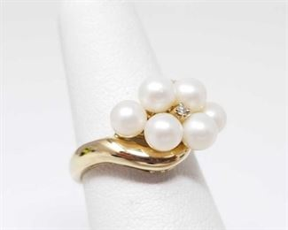 #42: 10k Gold Ring with Pearls and a Diamond, 3.5g Weighs approx 3.5g, Size 5