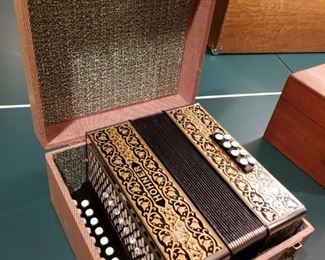 EXCELLENT HOHNER ACCORDIAN