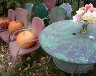 Fun mismatched chairs and hard to find table. Original paint. Lots of possibilities!