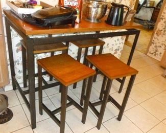 Nice Counter-height table w/Stools