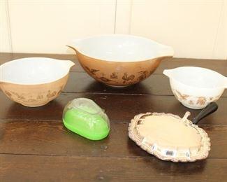 vintage Pyrex bowls