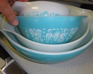 "Vintage Pyrex ""Amish blue princess"" bowl – set of 4, great condition"
