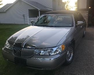 2001 Lincoln Town Car Executive Series Four Door Car ~ 72,000 Miles ~ Runs and Looks Great ~ Open For Bid ~ Bids Start @ 4,500.00