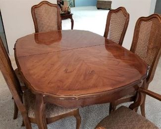 Thomasville Dining Table/2 Leafs/6 Chairs - good condition.