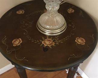 Entry way table with nice flower design.