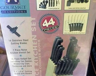 AHH008 Gourmet Traditions 44 Piece Kitchen Set
