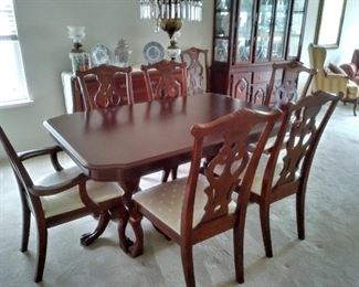 Beautiful dining set with buffet and hutch...like new!