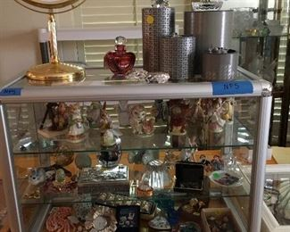 Showcase full of small decorative items and jewelry