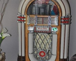Wurlitzr 1946 Jukebox Model 1015  This is Bid Package #1. It includes a manual.