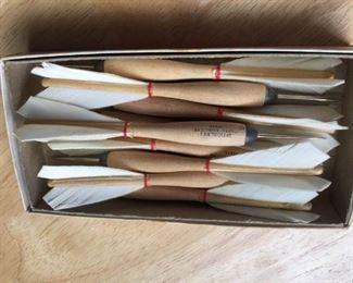 Set of 9 feather darts, steel tips                         https://ctbids.com/#!/description/share/160160