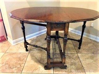Beautiful Antique Mahogany Gateleg Table