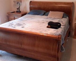 Stunning Queen oak sleigh bed, like new!