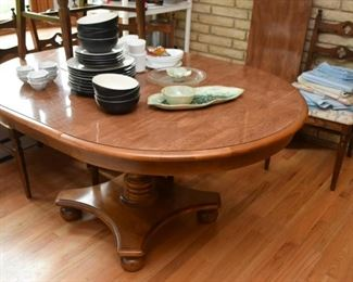 Round / Oval Kitchen Dining Table (has 1 leaf)
