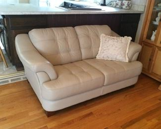 LEATHER LOVE SEAT NO BREAKS OR STAINS