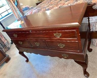 Solid mahogany chest of drawers on legs queen Ann style,Lane.