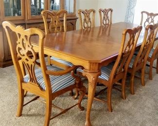 Thomasville American New Oak Dining Table with 8 Chairs, 2 Leaves, and Table Pads