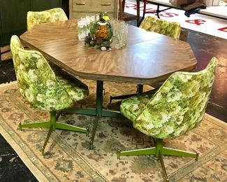 Mid-Century Modern (Mint Condition), 5-Piece Dining Room Set with Leaf and 4 Chairs.