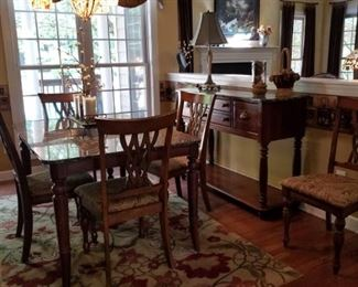 Beautiful Table and Chairs in Excellent condition!
