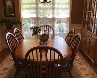 Oak dining room set with 6 chairs and a leaf