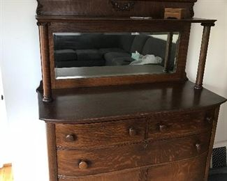 Beautiful piece with its original mirror!