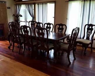 Dining room table w/ 10 chairs, 2 leaves and pads