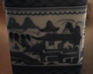 Mottahedeh Asian porcelain box (small)