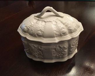 Mottahedeh porcelain covered dish