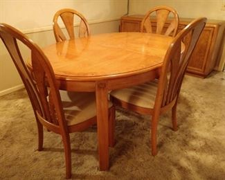 Thomasville dining room table with leaf and four chairs