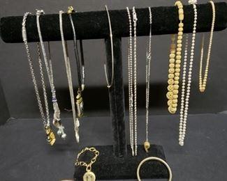 Assorted costume jewelry https://ctbids.com/#!/description/share/171871