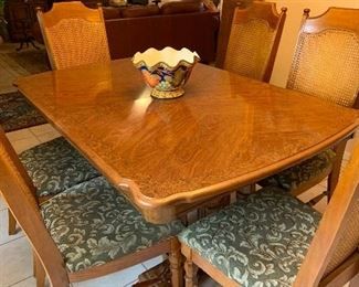 Beautiful dining table, 6 chairs, one leaf