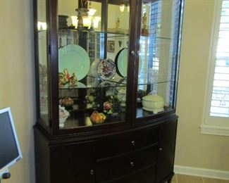 GORGEOUS MATCHING DISPLAY CABINET TO THE DINING ROOM TABLE AND CHAIRS.. LIGHTED INSIDE AND ADJUSTABLE SHELVES