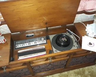 RECORD PLAYER OR VINAL