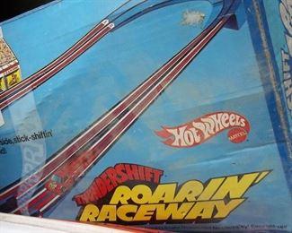 hot wheels thundershift roarin' raceway