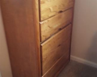 Tall gentleman's dresser 4 drawer in nice condition