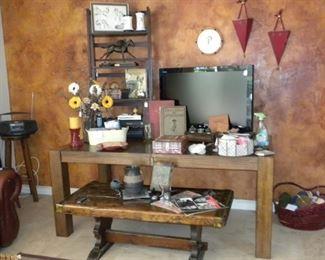 FARMHOUSE COFFEE TABLE AND DECOR