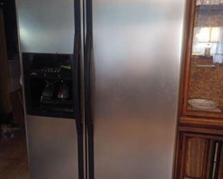 Whirlpool refrigerator. Automatic icemaker, water dispenser.