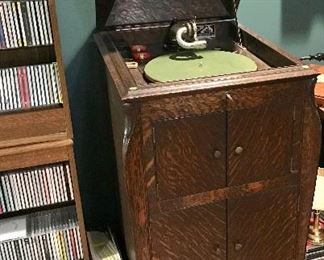 Antique Victor VV-XI Talking Machine (Records available)