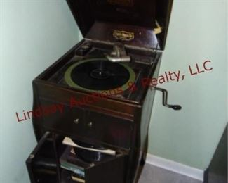223 Victor VV80 Hand crank phonograph in cabinet