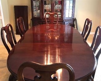 Thomasville table fully expanded without china, no scratches or damage found.