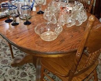 Oak table/chairs on pedestal, rug, punch bowl with cups