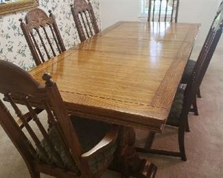 Dinning Table with (2) leafs and 6 Chairs