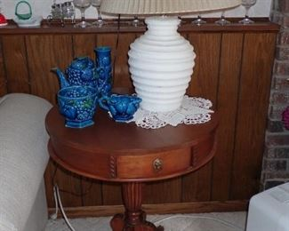 ROUND LEGGED TABLE / LAMP SERVING PIECES