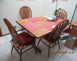 LOVELY KITCHEN TABLE AND 4 CHAIRS